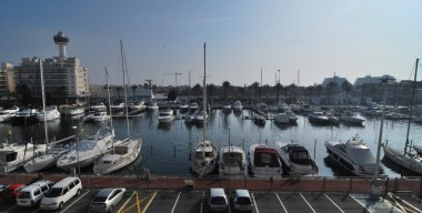 modern-studio-facing-south-is-close-to-the-city-center-with-a-view-over-the-port-of-the-marina-empuriabrava-costa-brava
