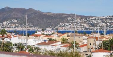 beautiful-bright-penthouse-center-sea-and-mountain-views-empuriabrava-costa-brava