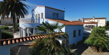 Image beautiful-and-spacious-villa-in-a-quiet-residential-area-with-pool-south-facing-in-empuriabrava