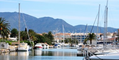 spacious-apartment-located-in-port-salins-5-min-from-the-beach-private-garage-in-empuriabrava-girona