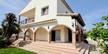 Image reserved-quality-rustic-villa-next-to-a-port-close-to-the-beach-and-the-center-of-empuriabrava-4-bedrooms-garage-pool-and-spa