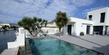 contemporary-villa-on-the-main-canal-5-bedrooms-pool-and-mooring-of-13mtr-empuriabrava-costa-brava