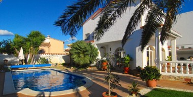 beautiful-villa-provided-with-every-comfort-in-the-city-center-and-close-to-the-beach-of-empuriabrava-costa-brava