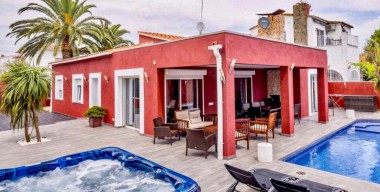 beautifully-renovated-villa-5-bedrooms-3-bathrooms-open-kitchen-swimming-pool-and-jacuzzi-empuriabrava
