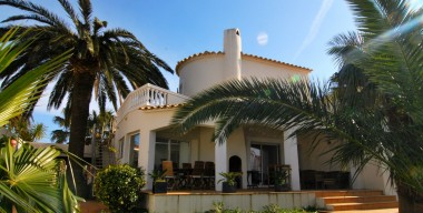 contemporary-villa-with-2-studios-swimming-pool-and-mooring-25m-located-in-the-main-channel-of-empuriabrava-costabrava