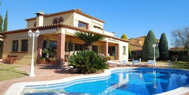 Image spacious-villa-on-a-plot-of-1225m2-facing-south-on-the-golf-peralada-costa-brava