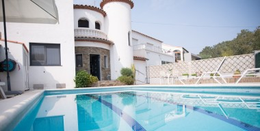 magnificent-modern-4-bedroom-house-with-pool-mooring-garage-in-the-canals-of-empuriabrava-costa-brava