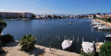 nice-apartment-with-a-magnificent-view-of-lake-san-maurici-possible-mooring-in-the-marina-of-empuriabrava-catalonia
