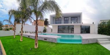 reservat-moderna-vila-al-canal-principal-dempuriabrava-any-2020-4-dormitoris-4-banys-piscina-amarratge-de-17m