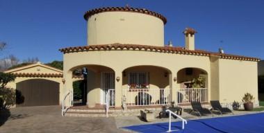 bonic-xalet-de-3-dormitoris-amb-piscina-i-garatge-en-castello-dempuries-costa-brava