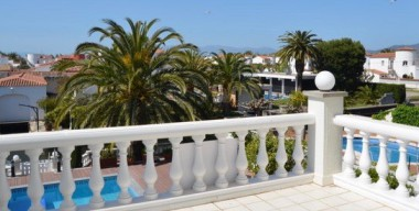 Image superb-villa-on-the-canal-near-the-center-and-the-beach-with-3-bedrooms-pool-mooring-and-garage-costa-brava