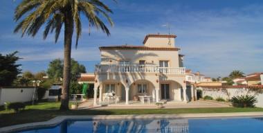 splendid-villa-with-5-bedrooms-a-beautiful-garden-pool-garage-in-a-quiet-area-of-empuriabrava-costa-brava