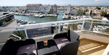 Image bright-studio-with-stunning-views-over-the-marina-of-empuriabrava-and-the-mountains-ampuria-brava-costa-brava-north