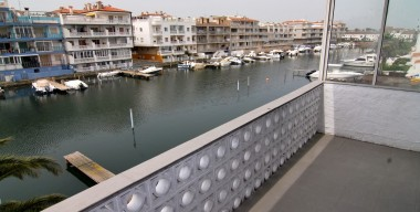 modern-apartment-with-2-bedrooms-and-mooring-12-x-250m-at-15-min-from-junction-sea-empuriabrava-costa-brava