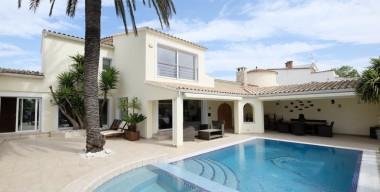 Image magnifica-vila-situada-al-canal-ample-4-dormitoris-piscina-climatitzada-i-jacuzzi-14m-damarratge-empuriabrava