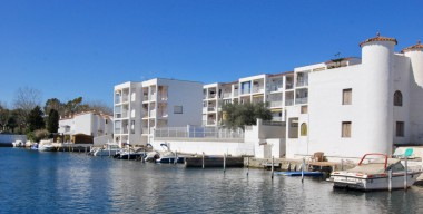 Image cozy-ground-floor-apartment-large-bedroom-communal-swimming-pool-empuriabrava