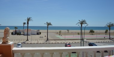 apartment-in-first-sea-line-with-2-bedrooms-and-community-swimming-pools-empuriabrava