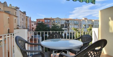 Image comfortable-corner-apartment-with-1-large-bedroom-swimming-pools-near-the-beach-of-empuriabrava-costa-brava