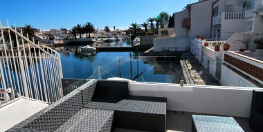 modern-house-renovated-with-mooring-of-6-meters-a-garage-and-3-terraces-in-the-marina-empuriabrava-spain