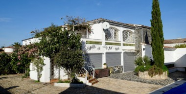 Image spacious-villa-with-3-apartments-and-a-pool-a-big-garage-facing-south-beach-5-min-empuriabrava