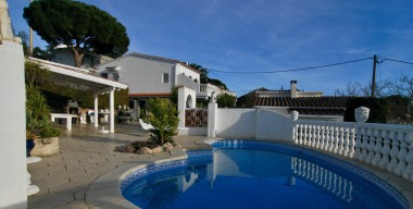 Image beautiful-villa-with-sea-and-mountain-views-independent-apartment-swimming-pool-south-west-oriented-roses