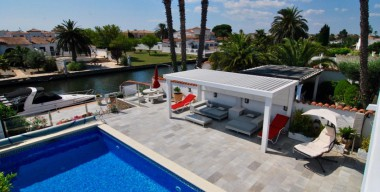 Image sublime-villa-tastefully-renovated-4-bedrooms-pool-and-mooring-125-m-empuriabrava-costa-brava