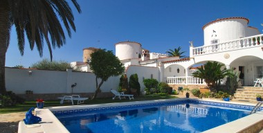 reserved-beautiful-villa-with-a-beautiful-garden-and-boat-mooring-2-garages-empuriabrava-costa-brava