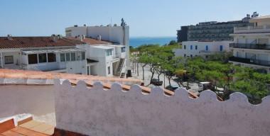 spacious-apartment-with-a-sea-view-a-solarium-next-to-the-beach-bay-of-roses-costa-brava
