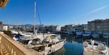 Image large-apartment-in-the-center-of-empuriabrava-2-bedrooms-beautiful-and-large-terrace-canal-view-5-minutes-from-the-beach