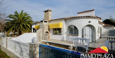 charming-single-storey-house-with-pool-in-a-very-quiet-area-near-the-center-of-empuriabrava-costa-brava