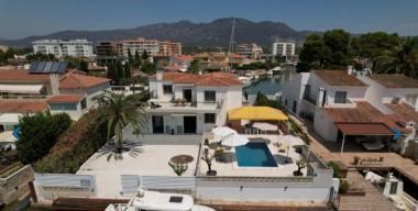 Image villa-amb-encant-al-canal-amb-amarratge-de-23m-santa-margarida-roses